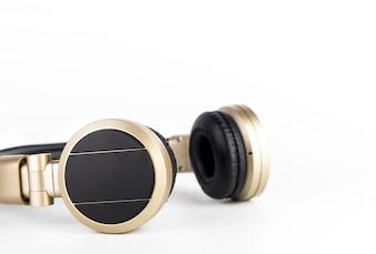 Goldener drahtloser Kopfhörer getrennt auf weißem Hintergrund