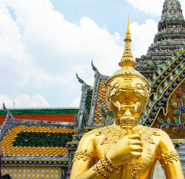 Goldener engel mit pagode in wat pra kaew, thailand