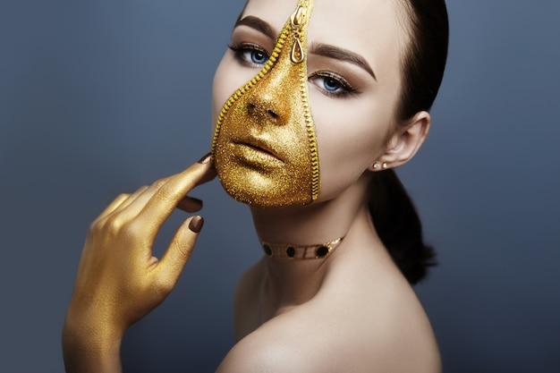 Goldener farbreißverschluss des kreativen grimmigen make-upgesichtsmädchens