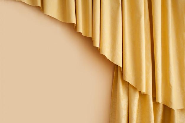 Goldener gelber seidenvorhanghintergrund im raum