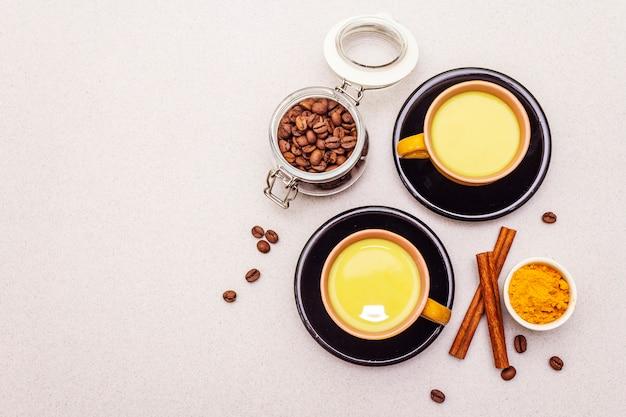 Goldener gelbwurzzimt-kaffee latte