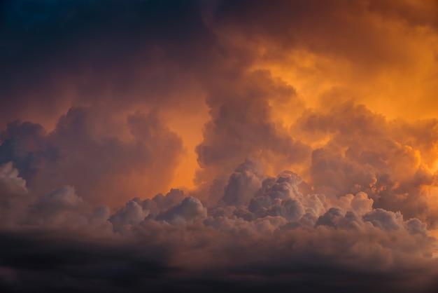 Goldener himmel schrecklichen sturm platzen wolken
