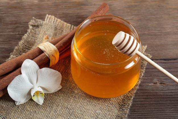 Goldener honig mit honeystick
