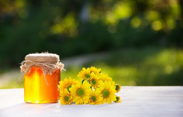 Goldener honig und gelbe blüten