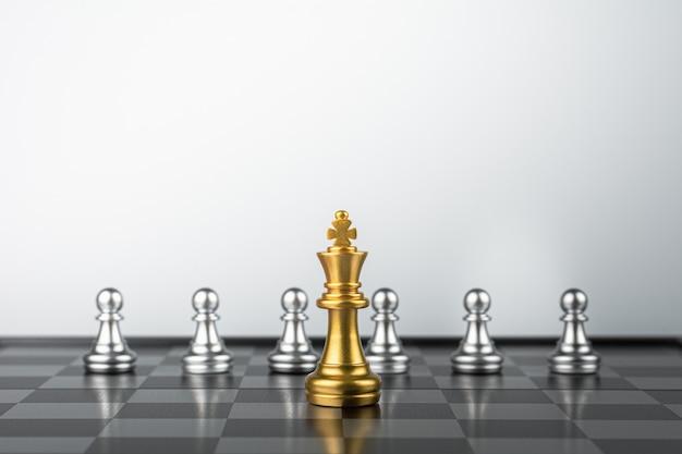 Goldener könig schach stehend treffen feinde.