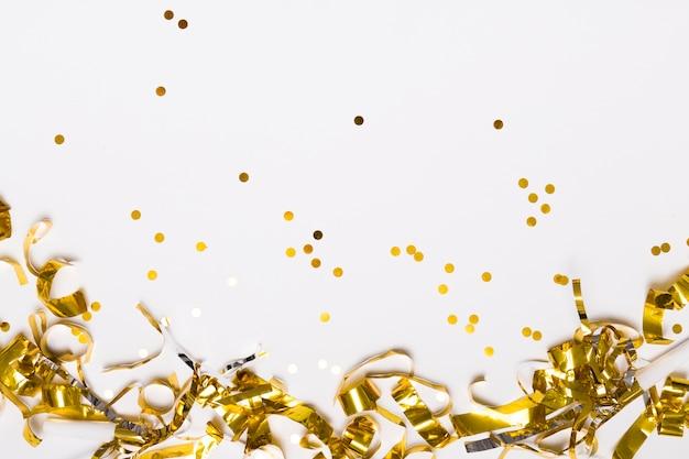 Goldener konfetti auf weiß