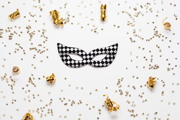 Goldener konfetti-rahmen und maske