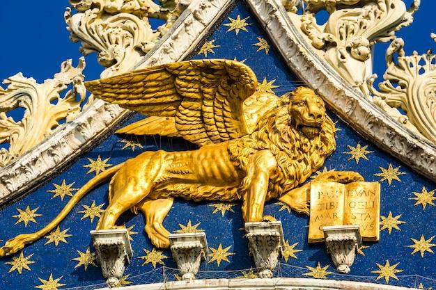 Goldener löwe, als symbol von venedig, auf der spitze des markusdoms (san marco) in venedig, italien