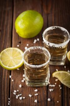 Goldener mexikanischer tequila mit kalk
