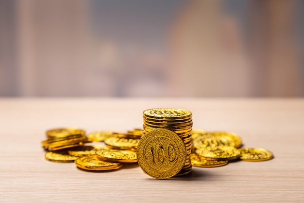Goldener münzenstapelhintergrund mit kopienraum