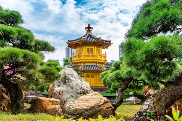 Goldener pavillon im nan lian garten nahe chi lin nonnenklostertempel, hong kong.