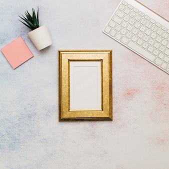 Goldener rahmen auf dem schreibtisch eines büros