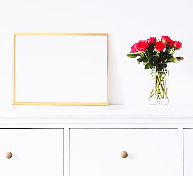 Goldener rahmen auf weißen möbeln, luxuriöse wohnkultur und design für mockup-posterdruck und druckbare kunst-online-shop-vitrine