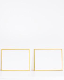 Goldener rahmen auf weißen möbeln, luxus-wohnkultur und design für mockup-posterdruck und druckbare ...