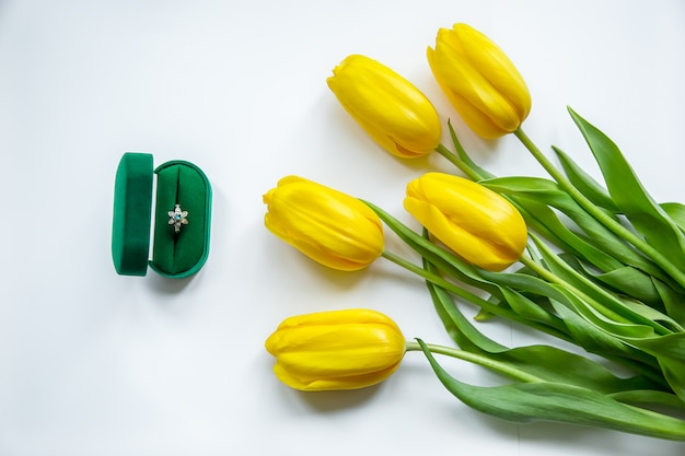 Goldener ring, gelbe tulpen