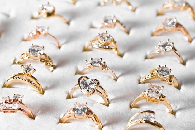 Goldener ring und diamant