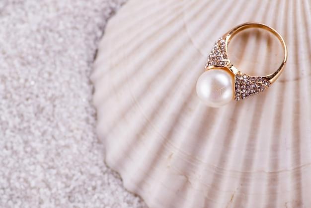 Goldener ring und muschel