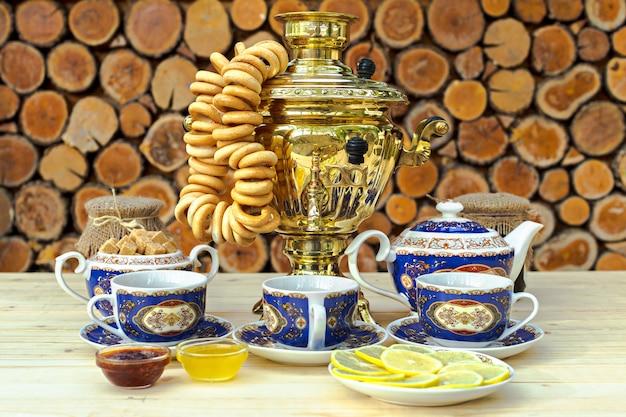 Goldener samowar auf dem tisch mit teeservice