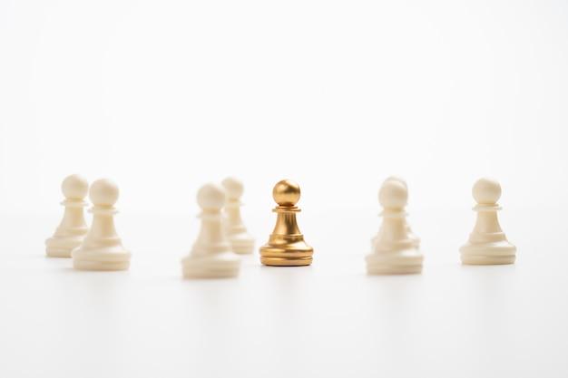 Goldener schachbauer, der mit dem team steht, um einfluss und ermächtigung zu zeigen. konzept der unternehmensführung für leader-team, erfolgreicher wettbewerbssieger und leader mit einfluss