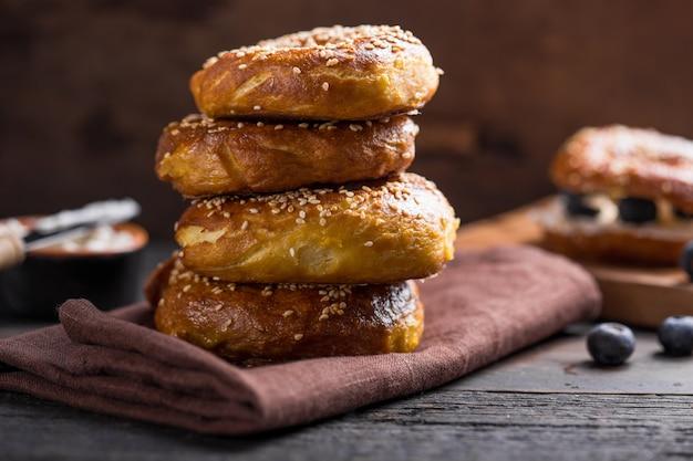 Goldener sesam-bagel-haufen