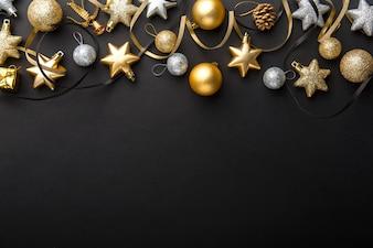 Goldener silberner Weihnachtsdeko auf Schwarzem