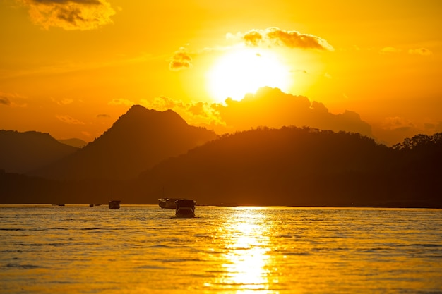 Goldener sonnenuntergang auf dem mekong, vietnam. asien
