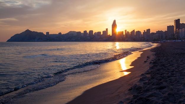 Goldener sonnenuntergang im poniente-strand in benidorm, spanien