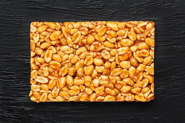Goldener steinpilz kozinaki von den gebratenen erdnussbohnen-energieriegeln.