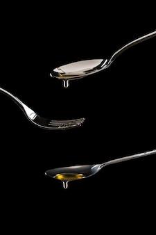 Goldener süßer honig tropft vom löffel