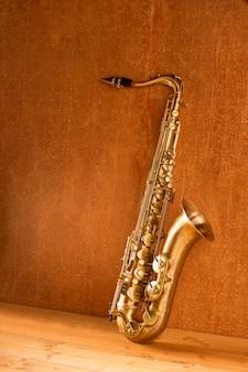 Goldener tenorsaxophon vintage des saxophons retro