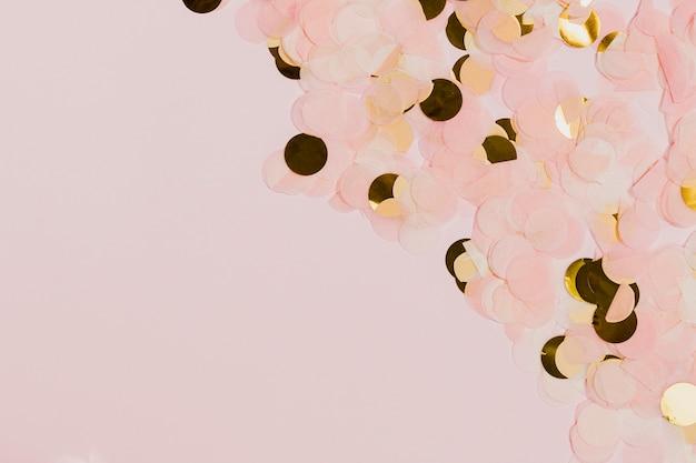 Goldener und rosafarbener confetti an der party der neuen jahre