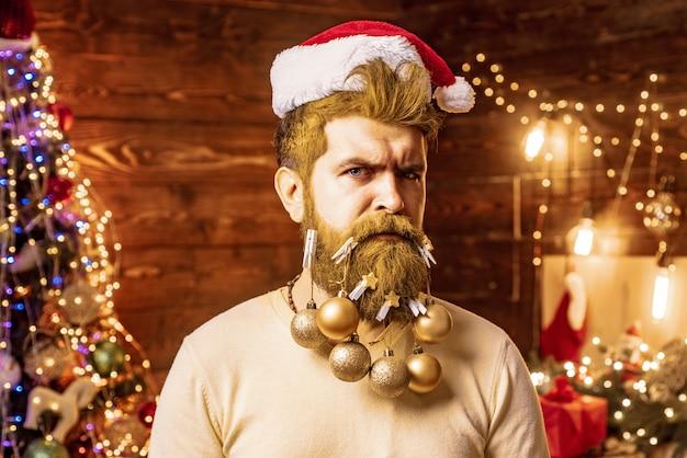 Goldener weihnachtsmann mit weihnachtsdekorationen