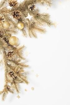 Goldener weihnachtsschmuck auf weißem hintergrund