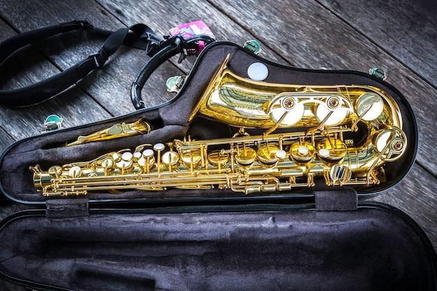 Goldenes altsaxophon im kasten
