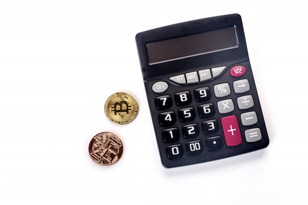 Goldenes bitcoin auf defocused taschenrechner