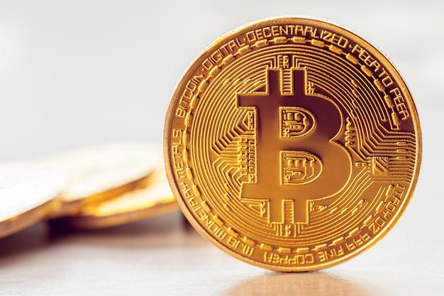 Goldenes bitcoin auf dem hintergrund eines haufens anderer bitcoins