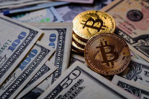Goldenes bitcoin auf geldscheinen