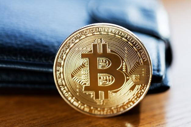 Goldenes bitcoin auf geldscheinhintergrund