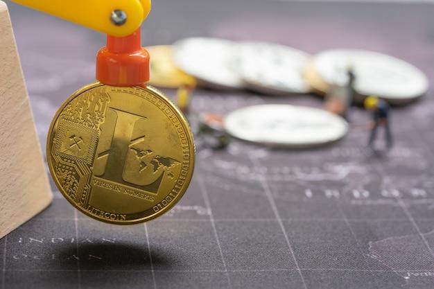 Goldenes bitcoin auf retro- karte
