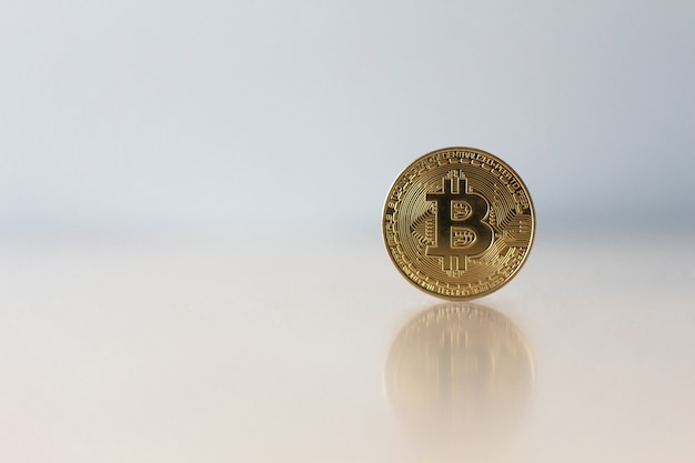 Goldenes bitcoin auf tabelle mit kopienraum, virtuelles kryptowährungskonzept.