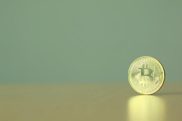 Goldenes bitcoin auf tabelle mit kopienraum