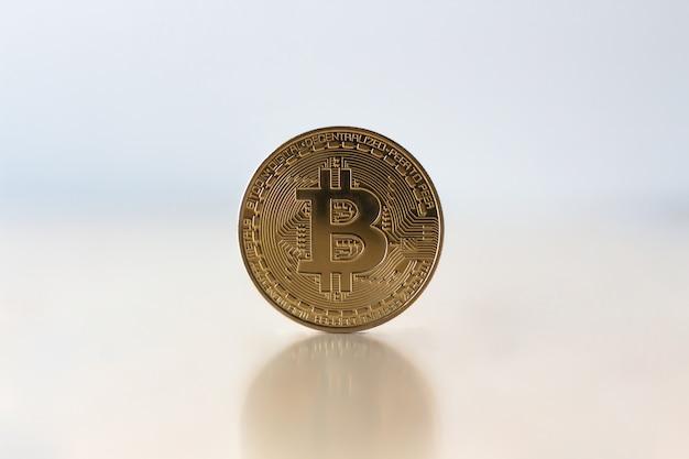Goldenes bitcoin auf tabelle, virtuelles kryptowährungskonzept. bitcoin-münzengeschäftskonzept.