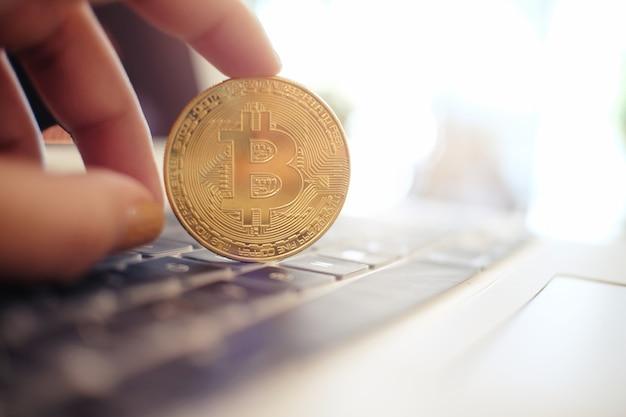 Goldenes bitcoin kryptowährung ethereum-geschäfts-, finanz- und technologiekonzept.