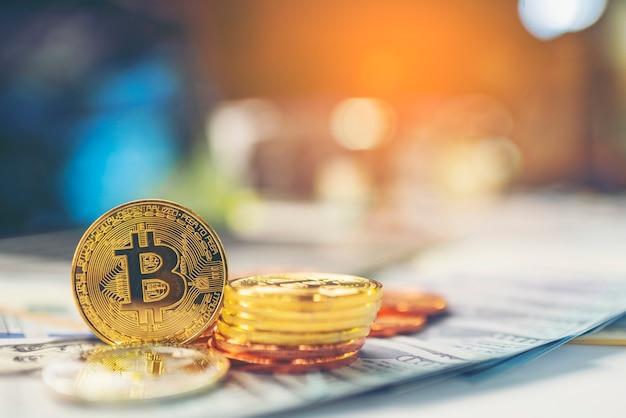 Goldenes bitcoin mit dollarhintergrund. konzeptionelles bild für kryptowährung.