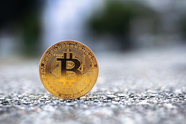 Goldenes bitcoin mit exemplarplatz für text