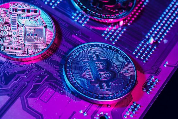Goldenes bitcoin und computer chip