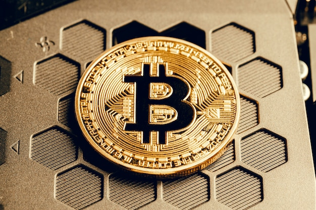 Goldenes bitcoin und computerchip herein