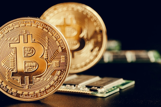 Goldenes bitcoin und computerchip