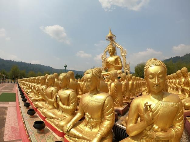 Goldenes buddha-bild, symbol, das den buddha der buddhisten darstellt.