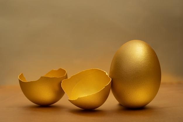 Goldenes ei und halb zerbrochene eier